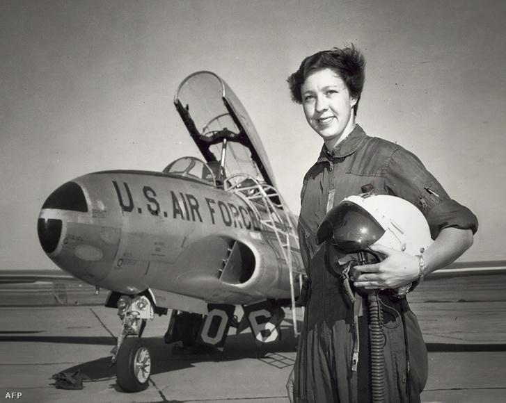 Wally Funk, háttérben a Fort Sill támaszpont egyik vadászgépével