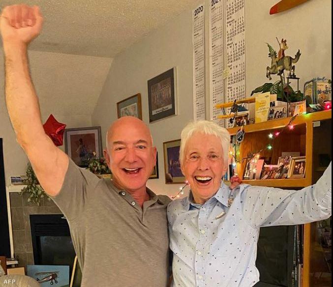 A világ leggazdagabb embere, Jeff Bezos és a 82 éves Wally Funk. Részlet a videóból, melyen Bezos bejelentette, hogy teljesíti a pilótanő álmát, és vele eljuthat az űrbe