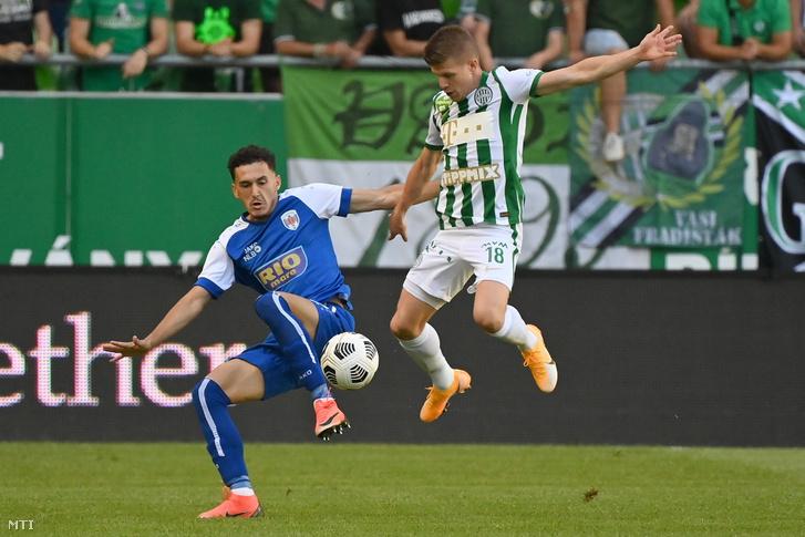 Qendrim Zyba az FC Prishtina és Sigér Dávid a Ferencvárosi TC játékosa a labdarúgó Bajnokok Ligája selejtezőjének 1. fordulójában játszott mérkőzésen a budapesti Groupama Arénában 2021. július 6-án.