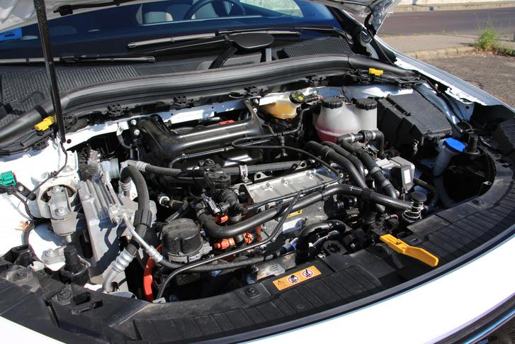 Első pillantásra akár egy belső égésű motoros autó motortere is lehetne. Alul a háromfázisú aszinkronmotor, felette az inverter