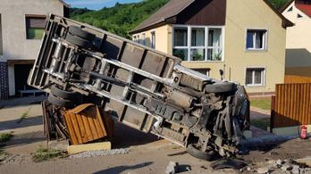 Alapos pusztítást végzett egy kiskorú egy lopott teherautóval Karancsalján