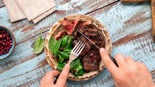 Karaj fűszeres, kecskesajtos vajjal – fokhagymás, párolt zöldbabbal a legfinomabb