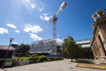 A két daru 36 méter magas, a gémje 75 méter hatósugarú és 2,7 tonna teherbírású.