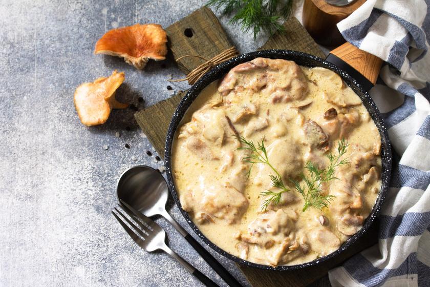 Mustáros, fűszeres szószban sült csirkemell: a hús omlós és nem szárad ki