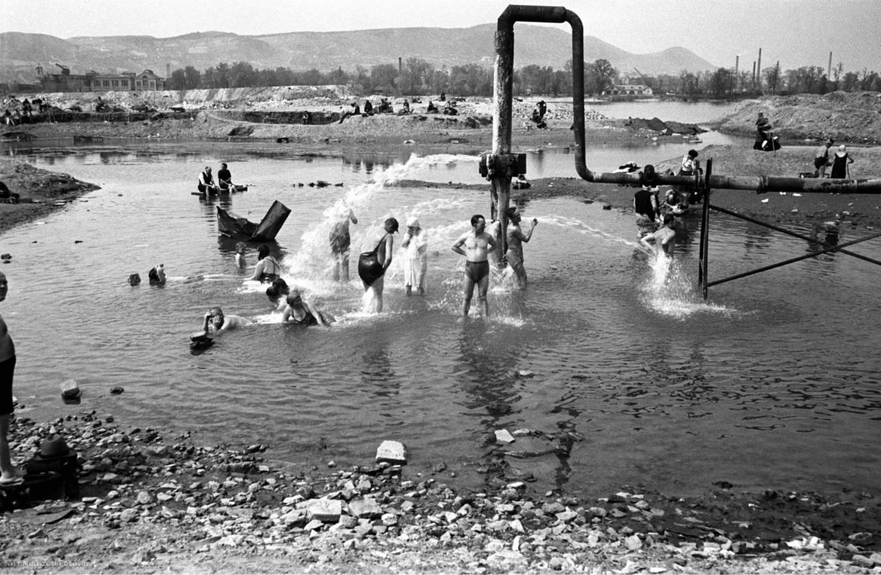 A Szabadság strandfürdő néven működő medencével nem rendelkező Dagály utcai strand egykori látképe 1948. április 15-én.