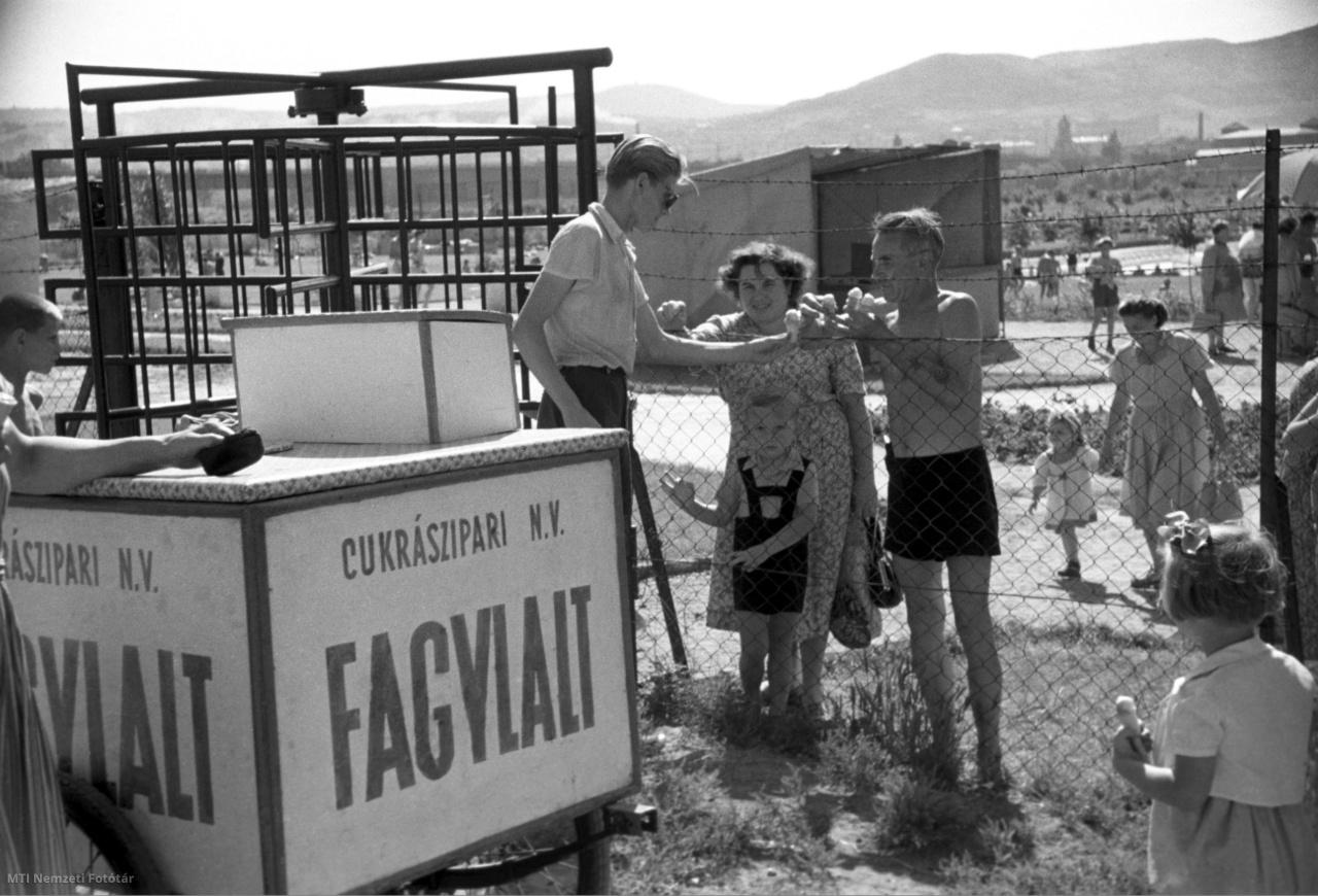 A Szabadság strand kerítésénél fagylaltot vesznek egy árustól 1952. június 19-én.