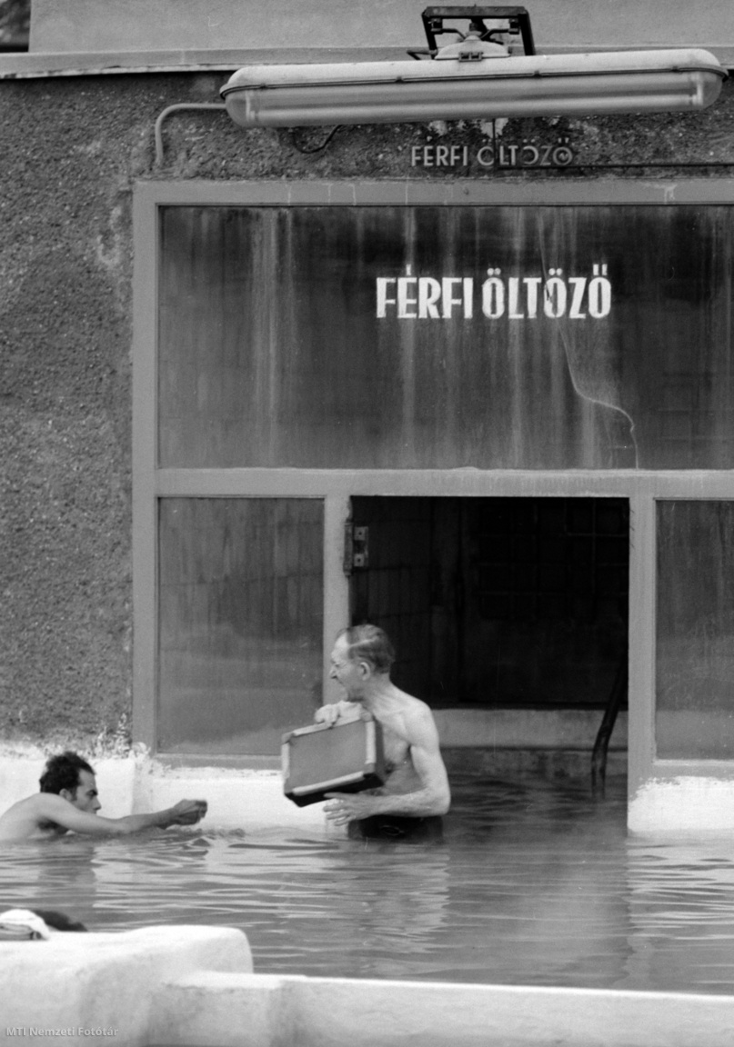 1964. május 17. Egy fürdőző jön ki a férfi öltözőből a Dagály utcai Szabadság strand melegmedencéjébe.