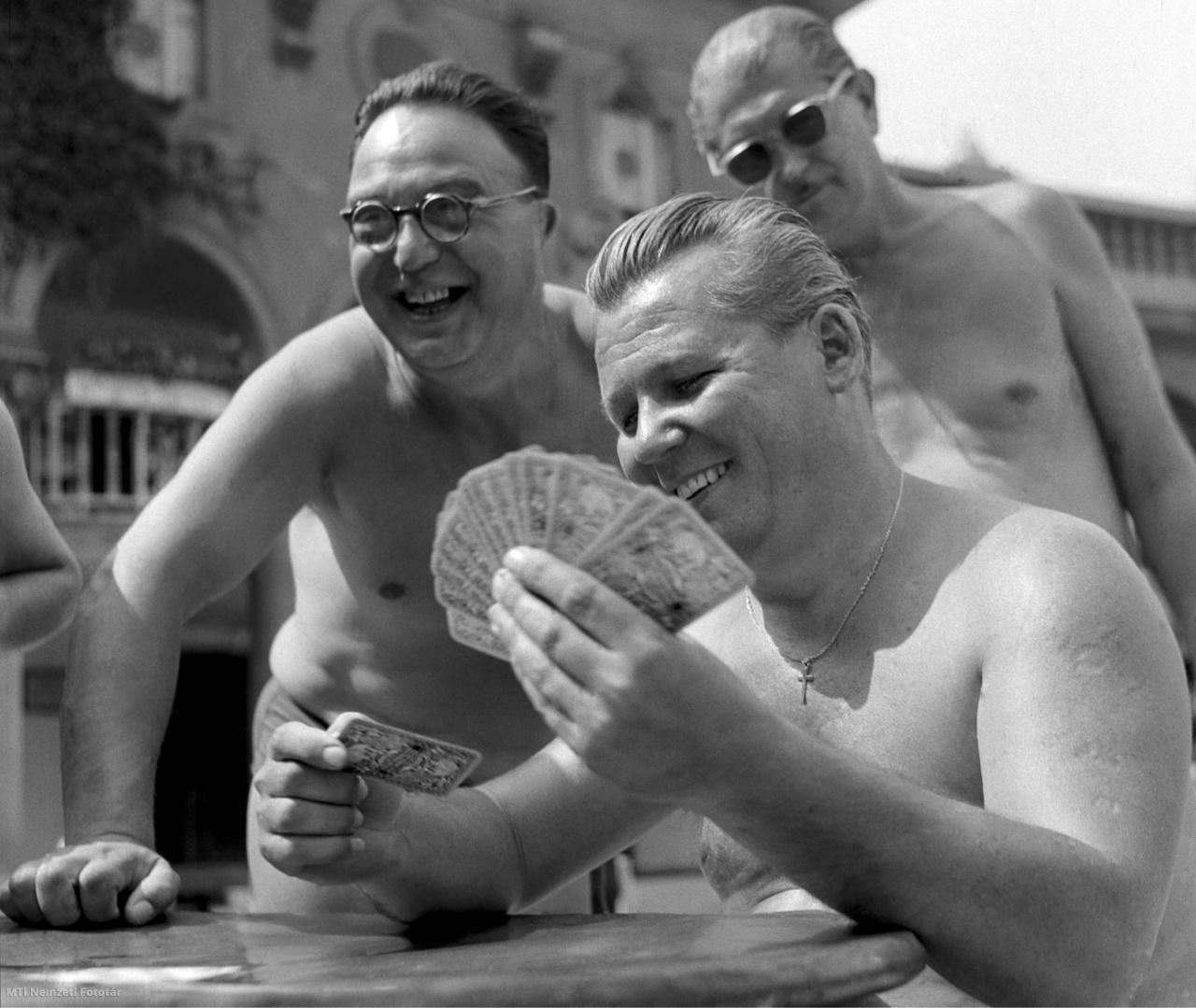 Kártyázó férfiak a Széchenyi fürdőben 1958. július 10-én.