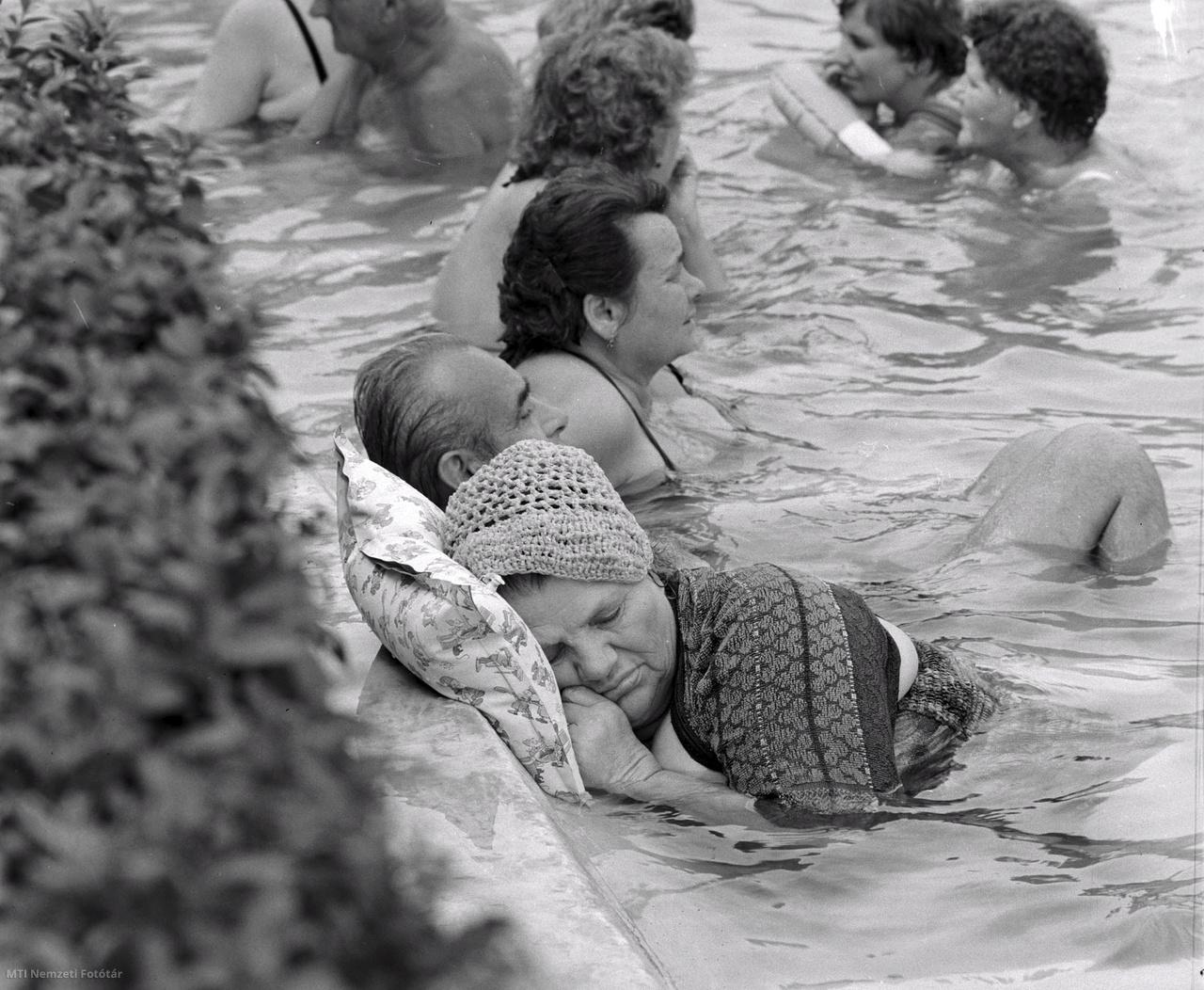 A vízben pihen egy asszony a kánikulában a Dagály strandon 1972. augusztus 13-án.