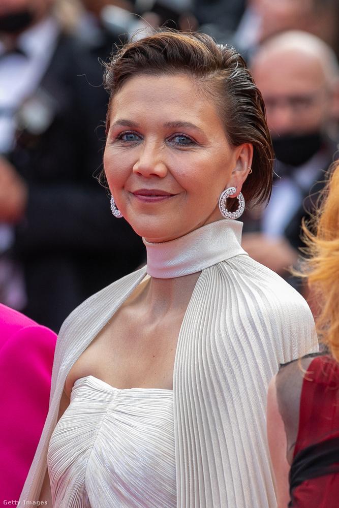 Utolsó, természetes megjelenésű színésznőnk kicsit kilóg a sorból: Maggie Gyllenhaal minden bizonnyal festeti a haját, viszont a sokszor szuperpuccos Cannes-i eseményekhez képest annyira visszafogott a sminkje, hogy legfeljebb az erős alapozásba köthet bele bárki.