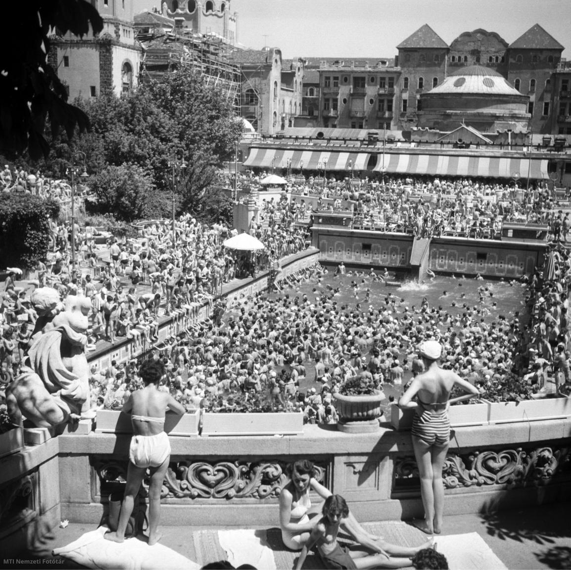 Strandolók néznek le a Gellért Fürdő teraszáról a medencében fürdőzőkre 1957. június 16-án.