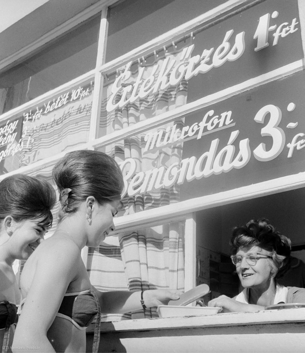 Megőrzésre veszi át a strandolók értékeit Zsatykó Imréné a margitszigeti Palatinus Strandfürdő dolgozója. A zavartalan pihenést szórakozást mintegy száz ember közöttük kabinosok műszakiak fürdőmesterek biztosítják a hétköznap mintegy 10 ezer- a hétvégeken pedig 25 ezer embernek akik kilátogatnak a strandra - írta az MTI 1962. július 24-én.