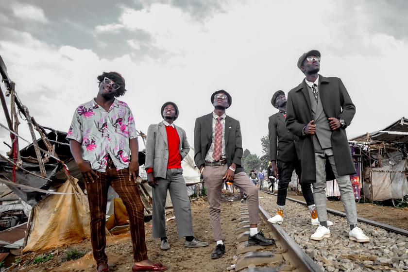 A fotós öt utcai modellt örökített meg képsorozatában. A férfiak klasszikus, afrikai vintage darabjaikban pózolnak a nyomornegyed utcáin.