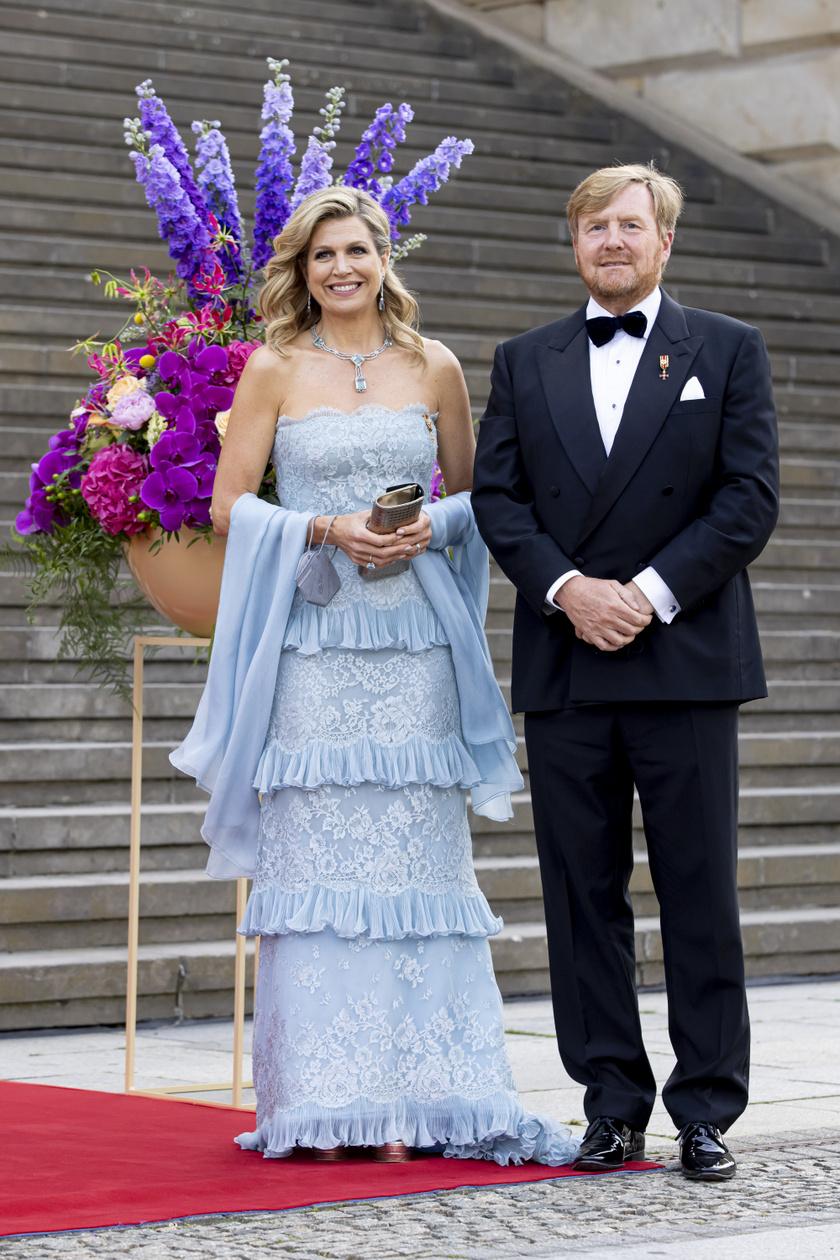 Maxima királyné egy égszínkék Valentino estélyiben keltett feltűnést a berlini koncertteremben.