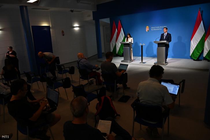 Szentkirályi Alexandra kormányszóvivő és Gulyás Gergely a Miniszterelnökséget vezető miniszter a Kormányinfó sajtótájékoztatón a Miniszterelnöki Kabinetiroda sajtótermében 2021. július 7-én
