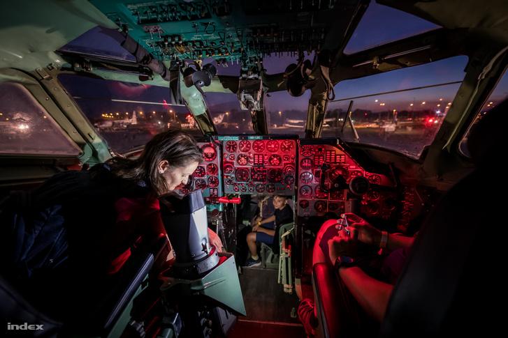 TU-134-es repülőgép pilótafülkéje az Aeroparkban a Múzeumok Éjszakáján 2021. június 26-án