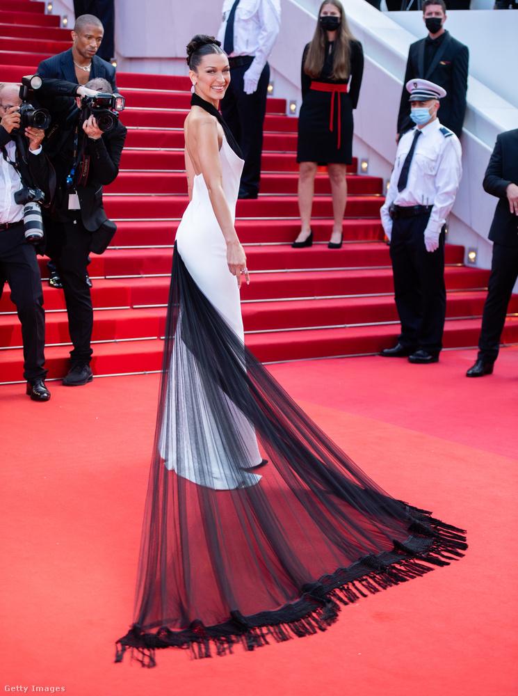 Az utolsó fekete-fehér alanyunk Bella Hadid, aki egy vintage Jean Paul Gaultier Haute Couture estélyiben jelent meg.