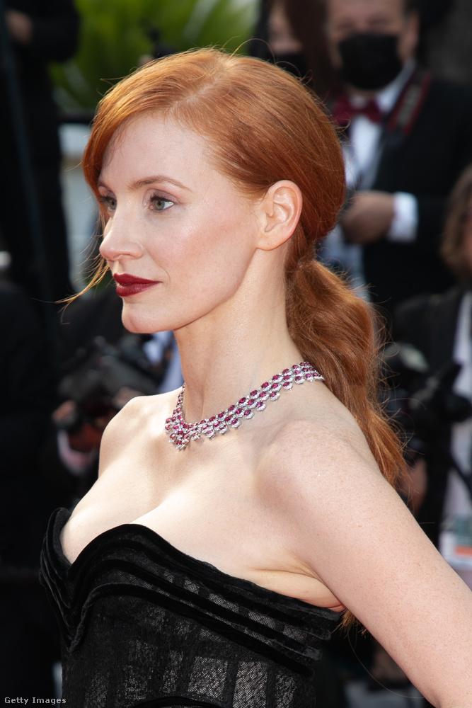 Mindettől függetlenül a színésznő nagyon jól nézett ki, ezen a közelebbi felvételen alaposan megfigyelhetik a visszafogott frizuráját és a szájhangsúlyos sminkjét.