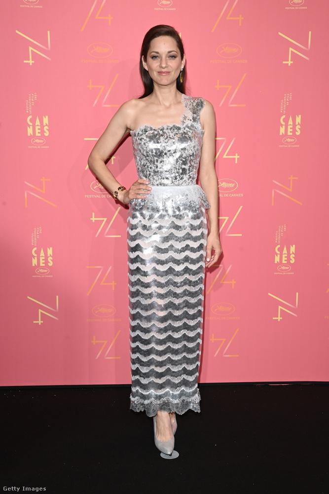 például a nyitóest ezüstbe öltözött szépét, Marion Cotillard színésznőt, akinek az Annette című filmjével indult a fesztivál