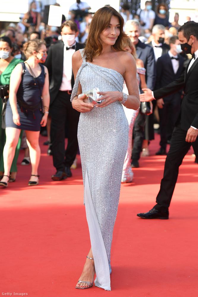 Már csak három ruha van hátra: az első ez a világoskék Celine, amelyet Carla Bruni énekes-modell, Nicolas Sarkozy felesége.