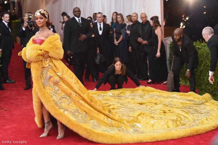 Rihanna Guo Pei ruhájára, amelyet a 2015-ös MET-bálon viselt.Hát, vagy nem.