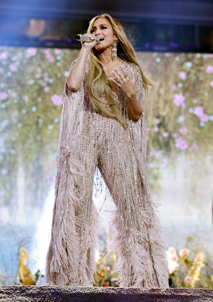 Jennifer Lopez legutóbbi nagyszabású fellépésének képét idézte fel, amelyen a mostanában Ben Affleckkel szuperboldog énekesnő egy különösen szexi afgán agár formájában jelent meg.