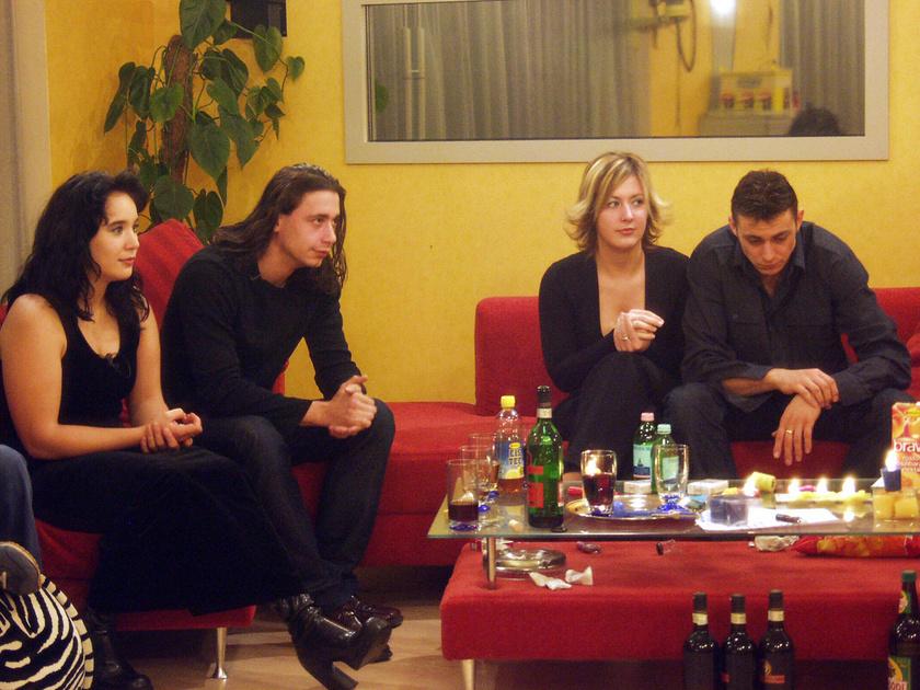 Évi (Párkányi Éva), Renato (Renato Pavesi), Zsanett (Horváth Zsanett) és Szabi (Gyovai Szabolcs) a Big Brother-ház nappalijában 2002 novemberében.