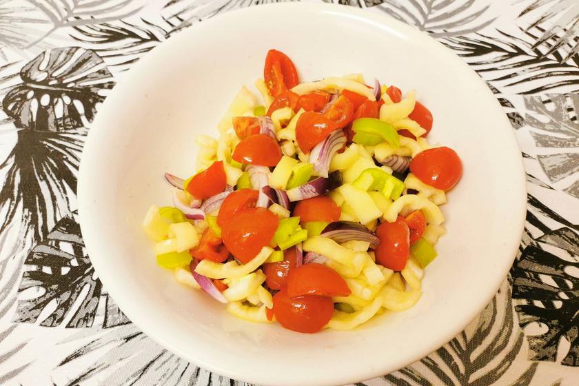 Mamaféle ecetes saláta színes zöldségekkel: sültek és pörkölt mellé is tökéletes