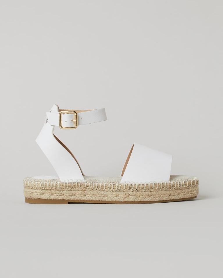 A H&M fehér, fonott talpú szandálja kényelmes, mutatós, és jól tartja a bokát. 6495 forintért vásárolhatod meg.