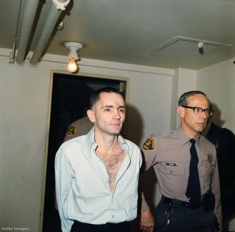 Charles Mansont elővezetik a Tate-LaBianca-gyilkosságok tárgyalására, 1971-ben