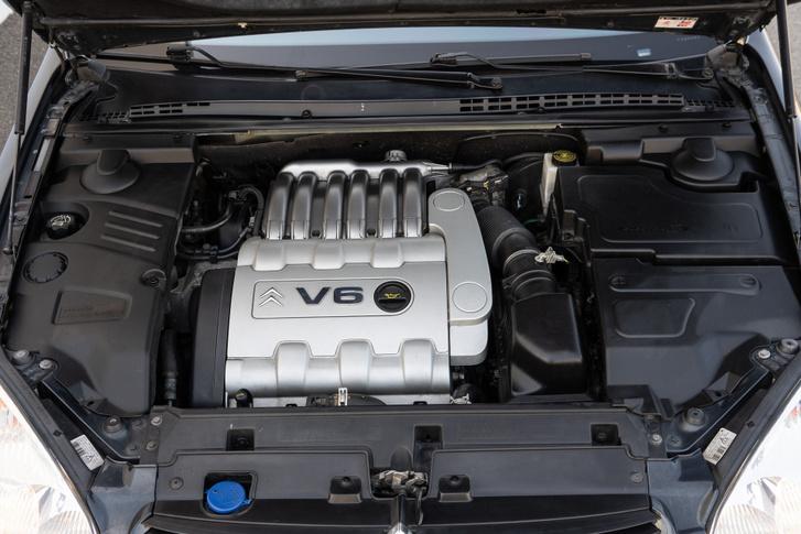 Szépen burkolt a motortér, ennek ellenére szerelhető a V6, még a vezérműszíj cseréhez sem kell kiemelni