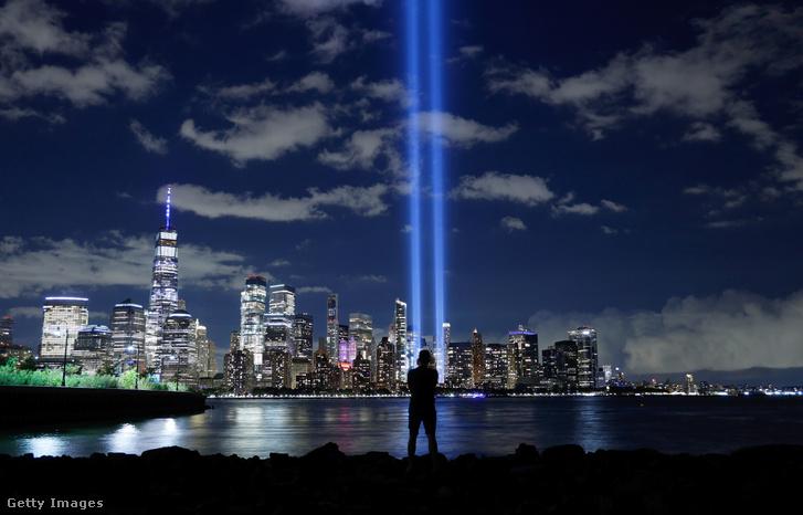 A World Trade Center-ikertornyok helyére épült díszkivilágítás