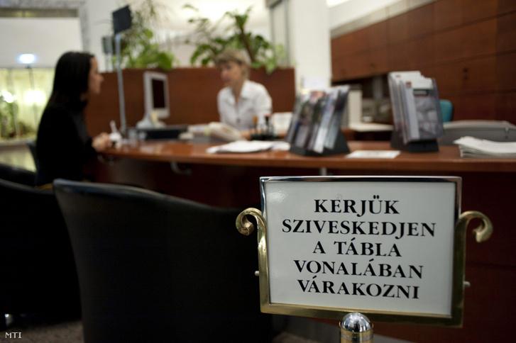 Banki ügyintézés egy budapesti bankban 2011. december 2-án