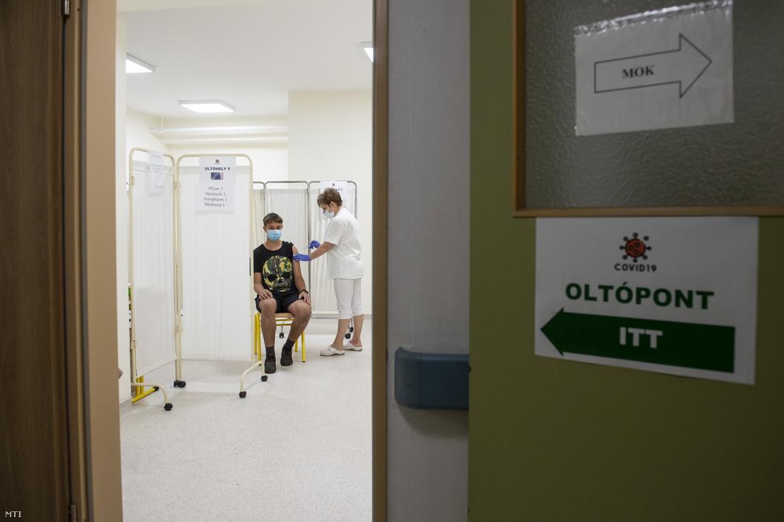 Egy fiatal megkapja a Pfizer–BioNTech koronavírus elleni oltóanyagot 2021. június 13-án
