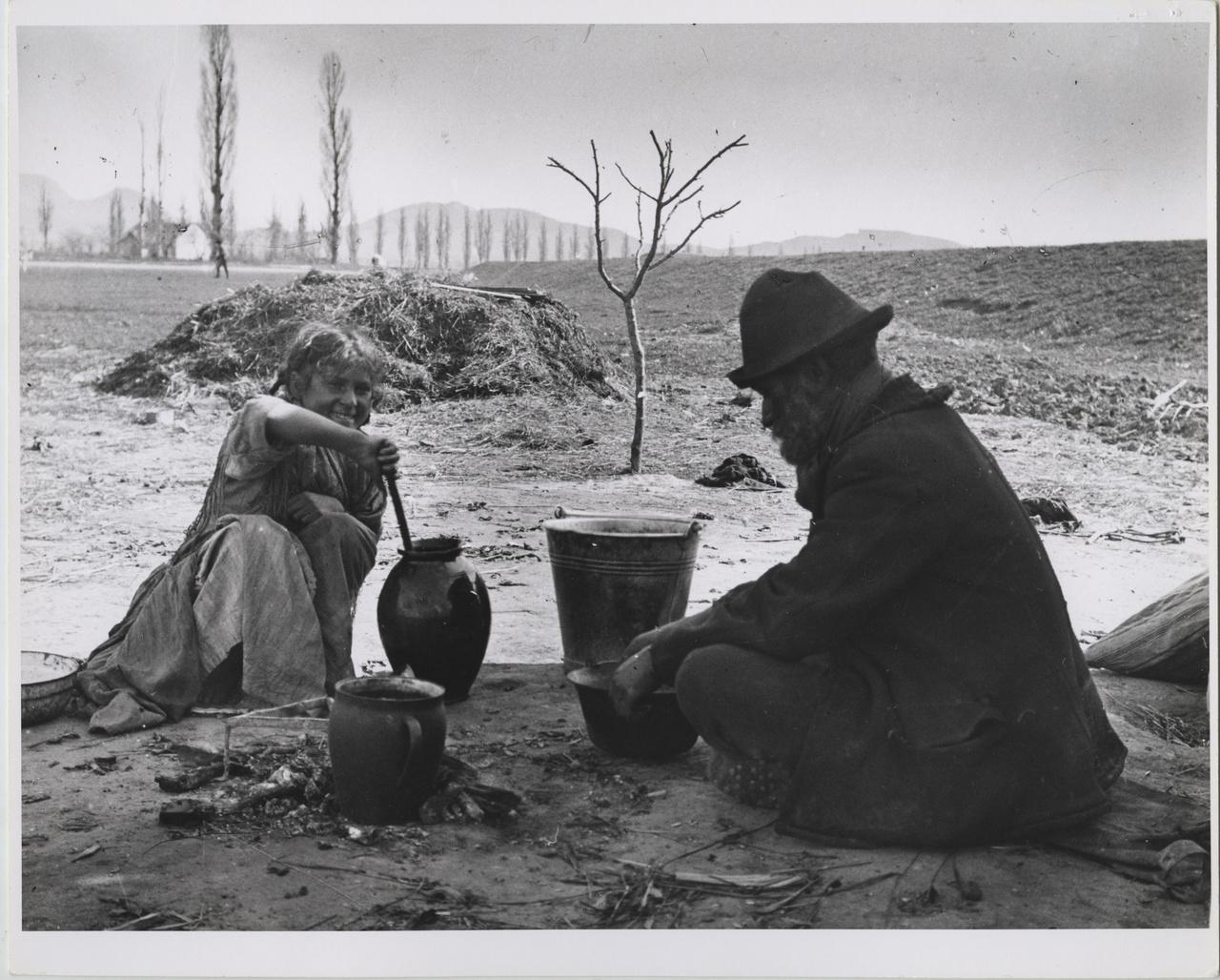 Cigány férfi a lányával főzés közben, Esztergom, 1917. június 27.