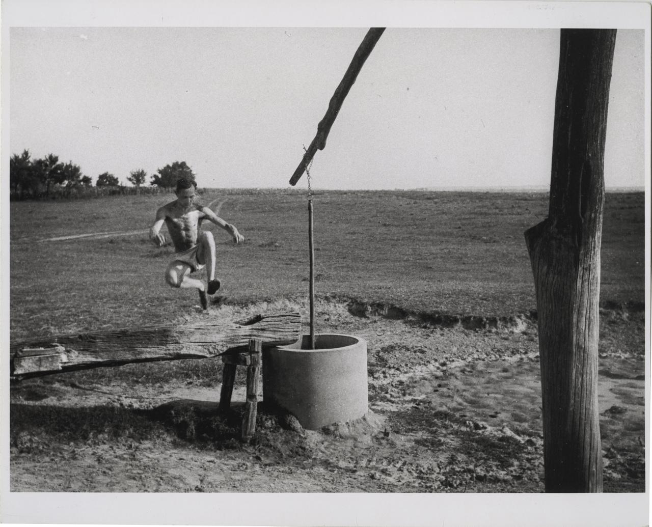 André Kertész átugorja az itatóvályút, Szigetbecse, 1923. július 15.