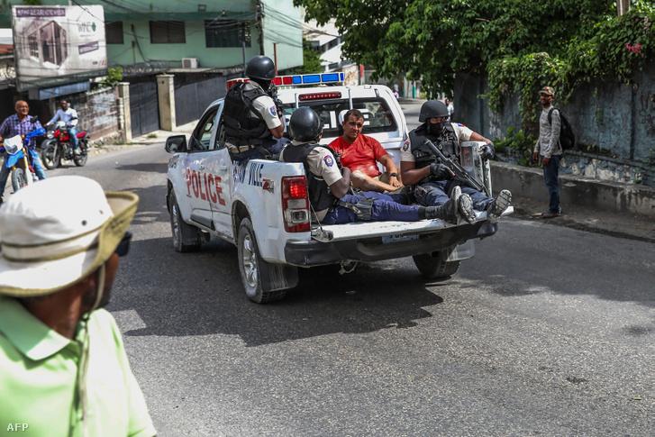 Két gyanúsítottat szállítanak a rendőrségre Port-au-Prince-ben, 2021 július 8-án