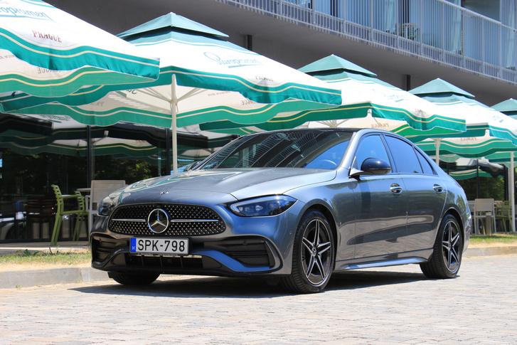 Feje tetejére állt a hűtőrács az előző generációhoz képest, a rácsban a pici pöttyök Mercedes csillagok az AMG Line kivitelnél
