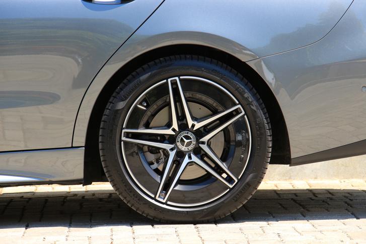 Hátul szélesebb, 245/40 R 18-as a gumi, nagyobb alternatívája a 255/35 R 19. Ültetett, változó csillapítású futómű is rendelhető hátsókerék-kormányzással