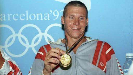 A négyszeres olimpiai bajnok úszó két aranyat 1988-ban, kettőt pedig 1992-ben nyert. Ki ő?