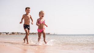 Miért baj, ha meztelenül strandol a gyerek a vízparton? Hiszti vagy elővigyázatosság?