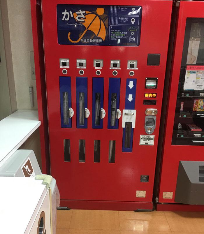 Japánban automatából is lehet venni esernyőt, ha gyorsan szükség lenne rá.