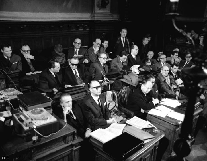 A védelem képviselői a Fővárosi Bíróságon, ahol megkezdték a háborús bűnökkel vádolt Kröszl Vilmos és 18 társa perének tárgyalását 1967. január 19-én
