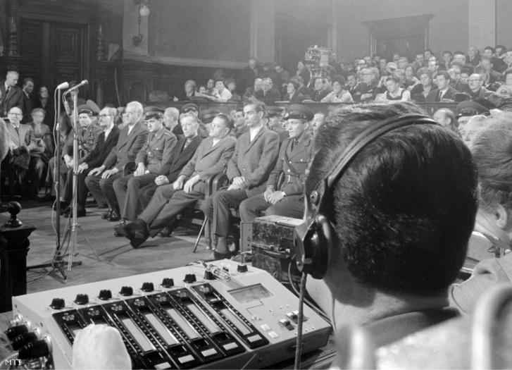 A vádlottak 1944-ben és 1945-ben mint a Budapest XIV. kerületi nyilas ház fegyveres pártszolgálatosai katonaszökevények, kommunisták és üldözöttek megkínzásában és tömeges kivégzésében vettek részt
