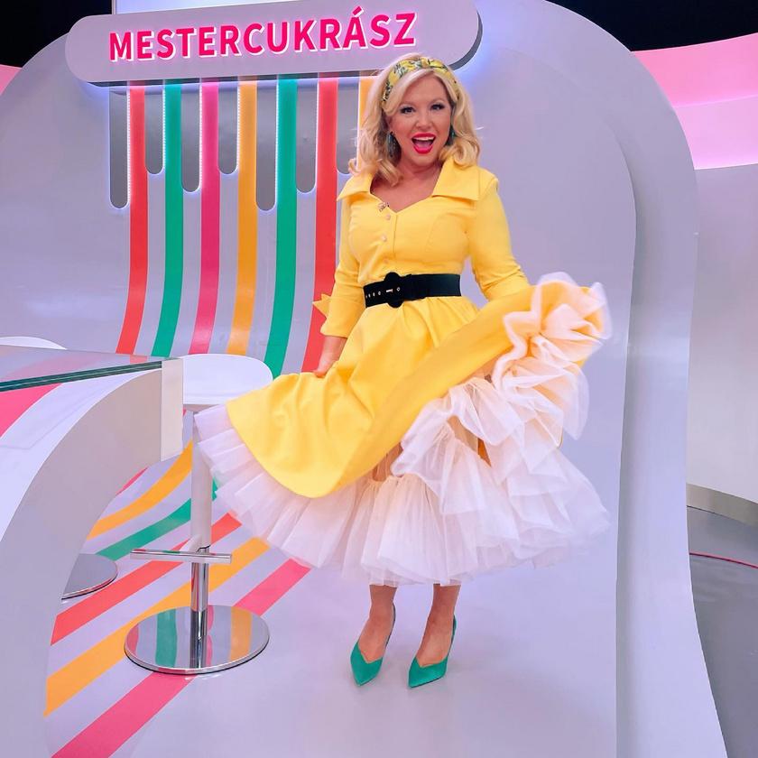 """""""Habos süti ruha sárgakrémből!"""" - írta hétfői ruhájához. Többen írták, hogy nem szeretik a sárga színt, de Liptai Claudiának remekül állt. A hajkendőjét citromok díszítették."""