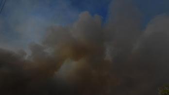 Veszélyes fekete füst tart Romániából Magyarország felé