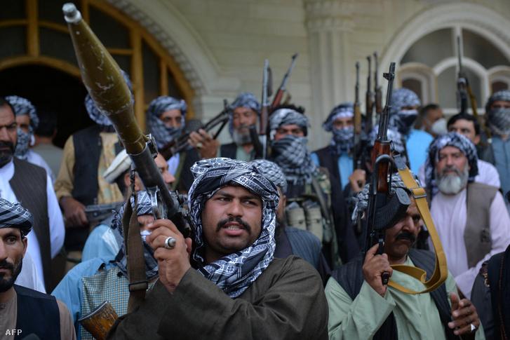 Iszmail Hán afganisztáni hadúr fegyveresei vezetőjük rezidenciáján, ahol a tálibok elleni közös küzdelemről tárgyalnak a kormánnyal.