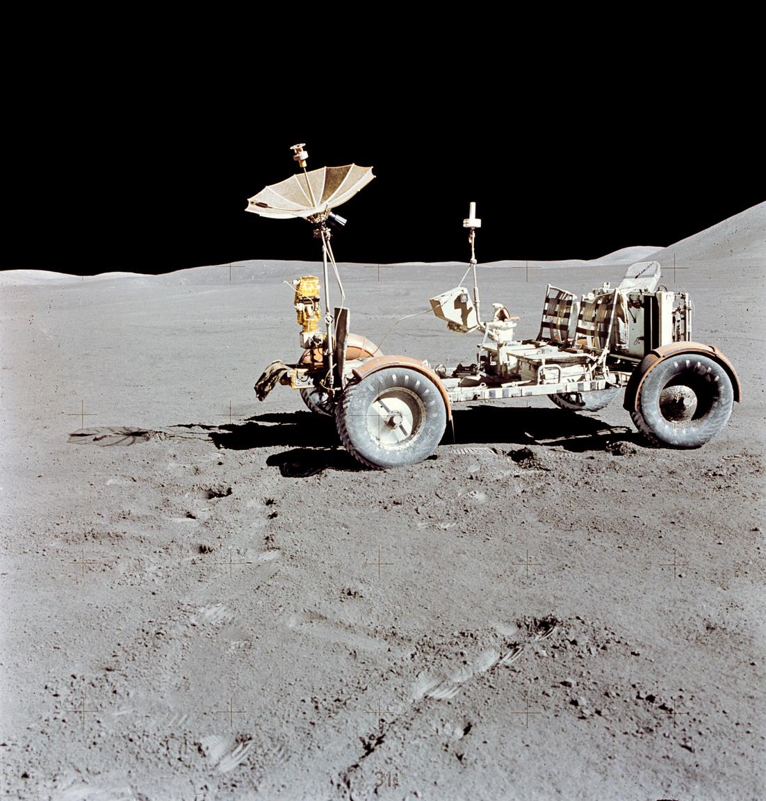 Pontosan ötven évvel ezelőtt, 1971. július 31-én használták először élesben a holdjárót az űrben. A holdautót a Földön nem lehetne használni, ugyanis összeroppanna a felszerelések és az űrhajósok súlyától, ám a holdi gravitáció hatoda annak, ami a Földön van, így ott simán terhelhető volt a 208 kilogrammot nyomó jármű saját súlyának több mint kétszeresével, 409 kilogrammal is.