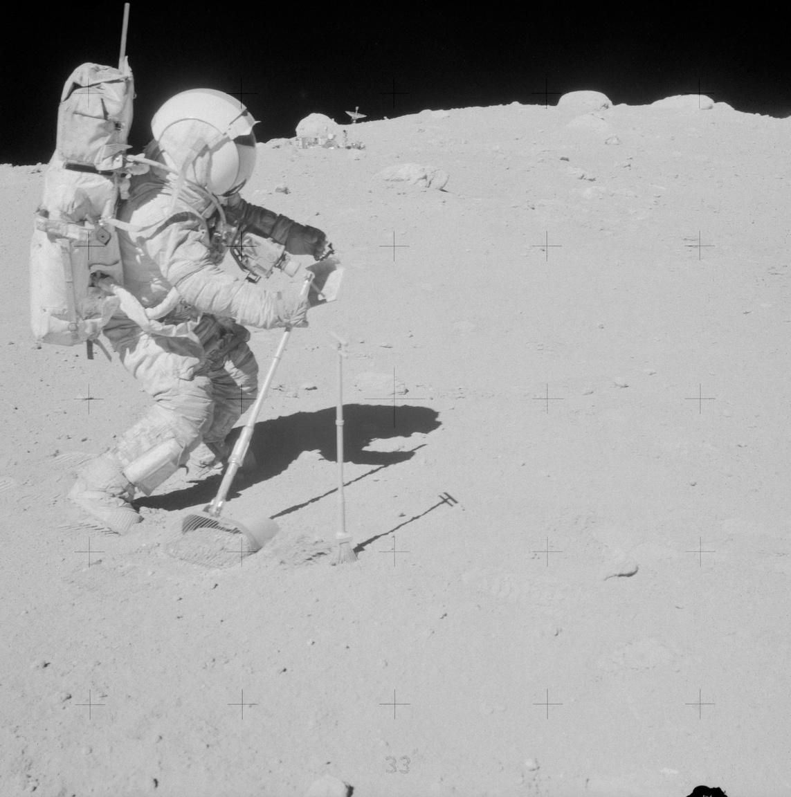 Kőzetmintákat gyűjt az Apollo-16 holdraszállásának parancsnoka, John W. Young. A képet Charlie Duke, a holdkomp pilótája készítette és azért különleges, mert a holdraszállást tagadók többek közt ezzel is próbálták igazukat bizonyítani. A háttérben egy szikla mellett látható holdjárót vizionálták űrbéli bázisként videójukban, pár nap alatt több százezres nézettséget generálva a hülyeséggel. Az esetről az Index is írt még 2018-ban.