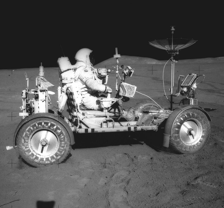 Az Apollo-15 asztronautája, David R. Scott elsőként vezet holdjárót a Hold felszínén. A könnyű vázzal rendelkező, elektromos motorok hajtotta holdjáró bevetése volt a misszió nagy újítása, segítségével 28 kilométert tettek meg és 77 kilogrammnyi kőzetet és talajmintát gyűjtöttek. Az első út még a terepmunkához szükséges eszközök és a kamerák, illetve tévéantenna nélkül zajlott.